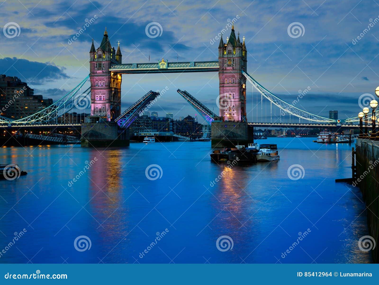 Coucher du soleil de pont de tour de Londres sur la Tamise