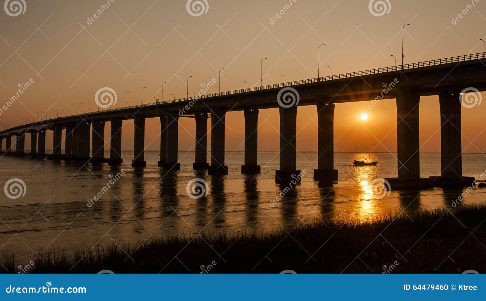 Coucher du soleil de pont du fleuve Yangtze