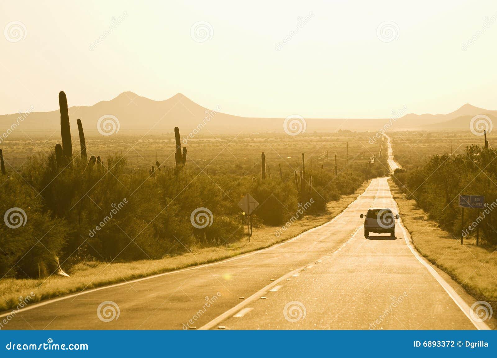 Coucher du soleil de route occidental
