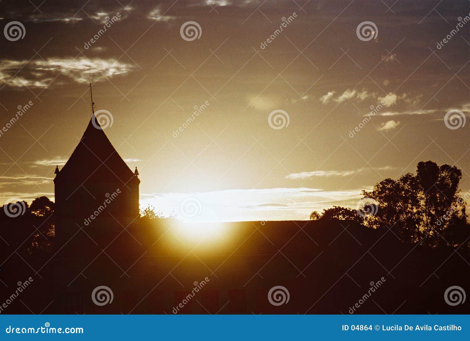 Coucher du soleil derrière l église