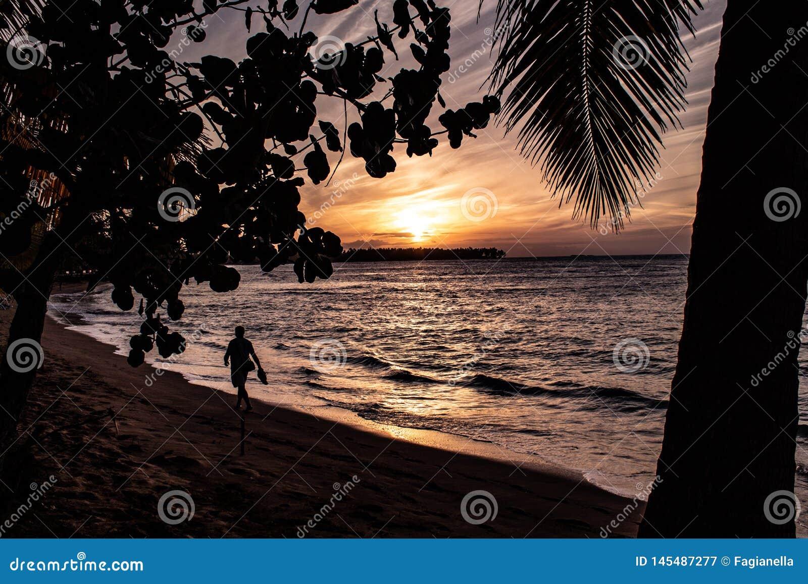 Coucher du soleil des Caraïbes scénique dans Las Terrenas, République Dominicaine
