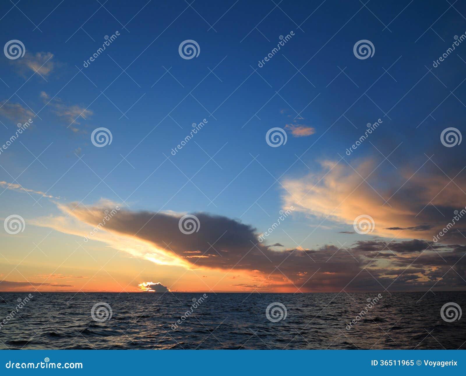 Coucher du soleil dramatique au-dessus de la mer baltique