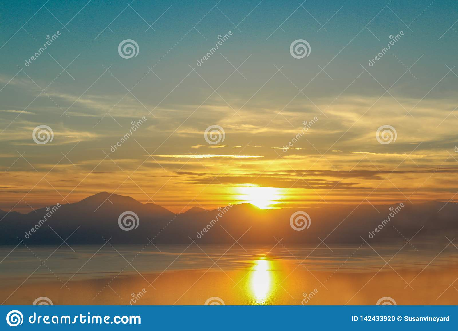 Coucher du soleil dramatique reflété dans l eau au-dessus du golfe de Corinthe sur le continent Grèce dirigée vers le haut des mo