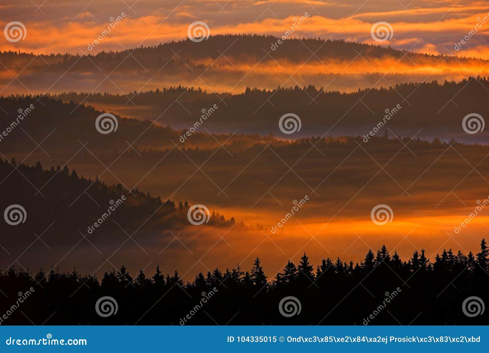 Coucher du soleil en montagne de Sumava Matin froid en parc national, collines et villages dans le brouillard et givre de Sumava,