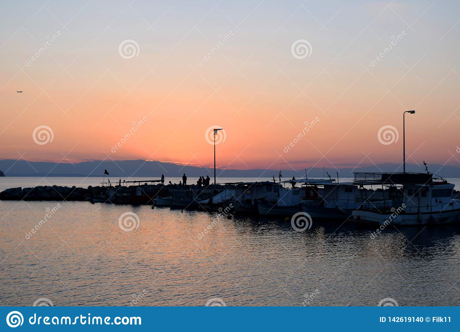 Coucher Du Soleil En Plage De Neoi Epivates Banlieue De Salonique Grece Photo Stock Image Du Rouge Orange 142619140