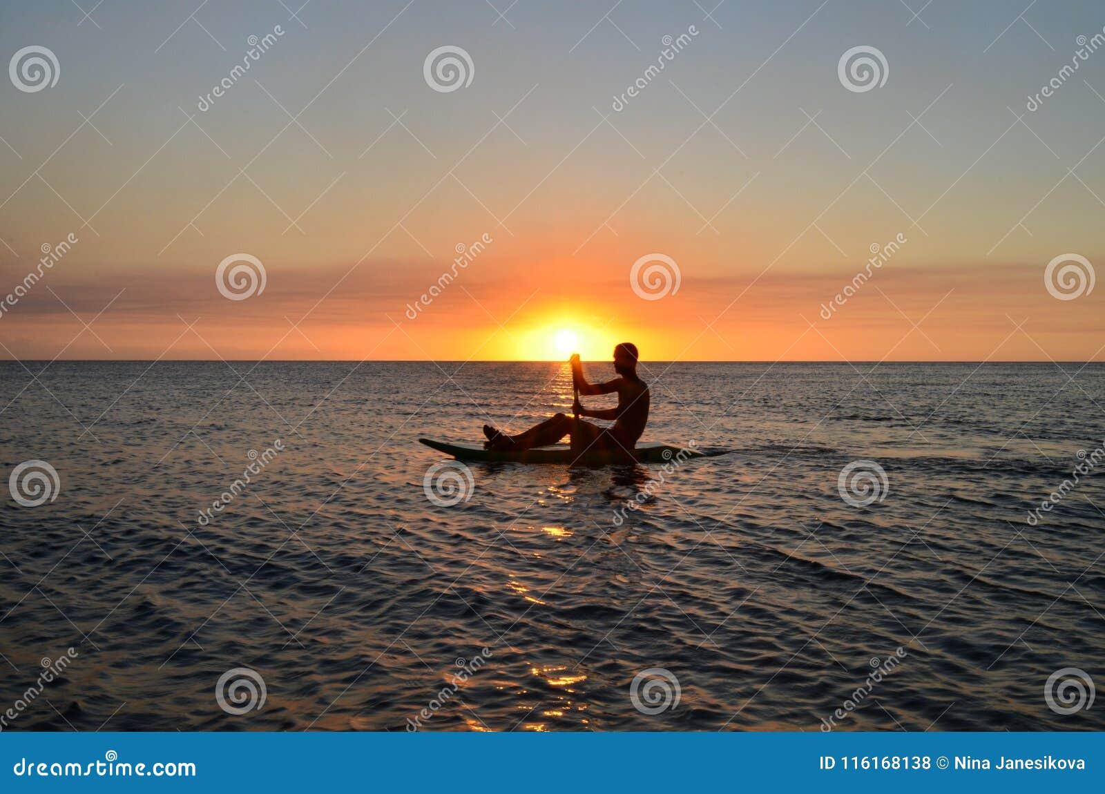 Coucher du soleil en plage de Vatia, île de Viti Levu, Fidji