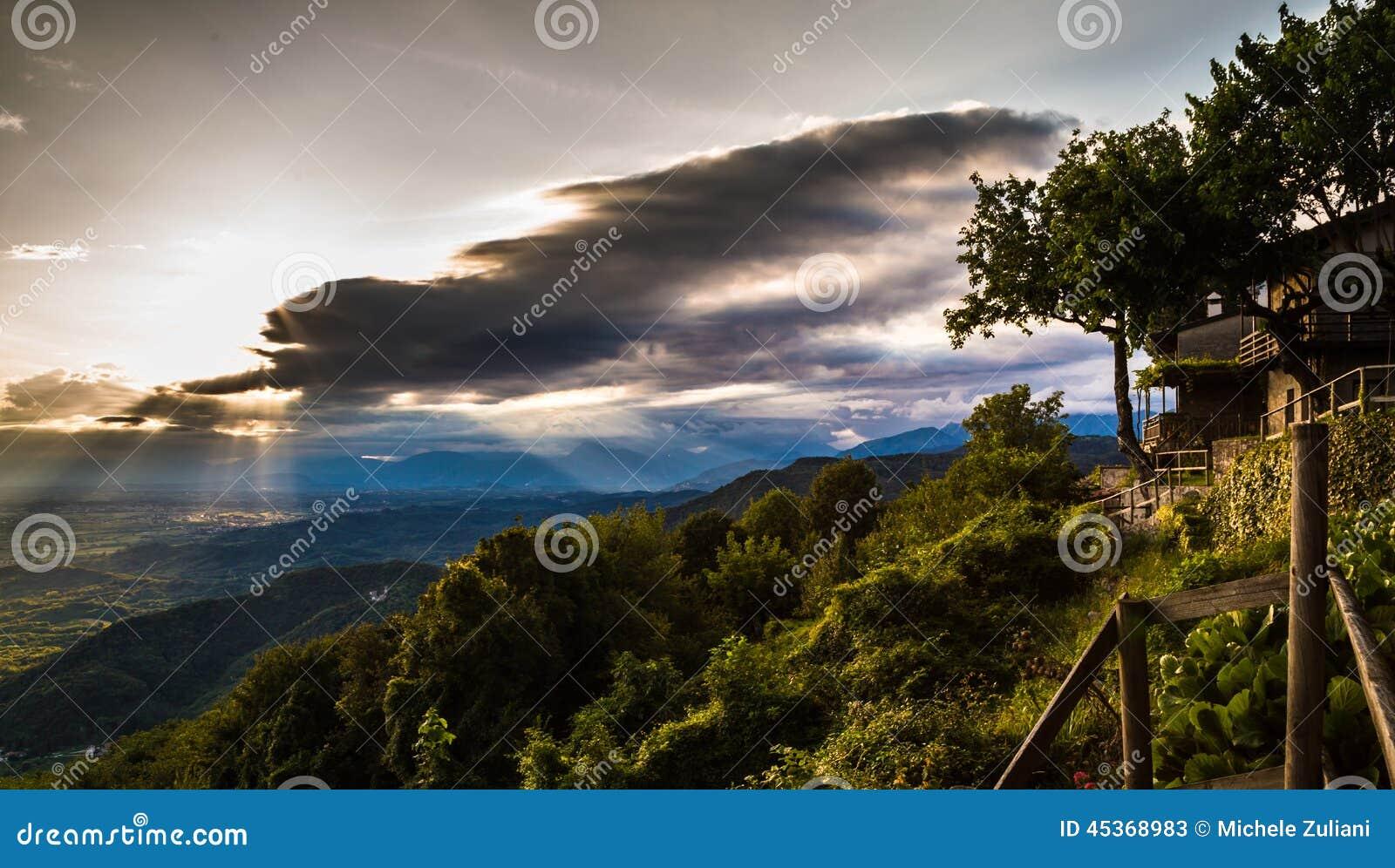 Coucher du soleil entre les nuages sur la campagne italienne