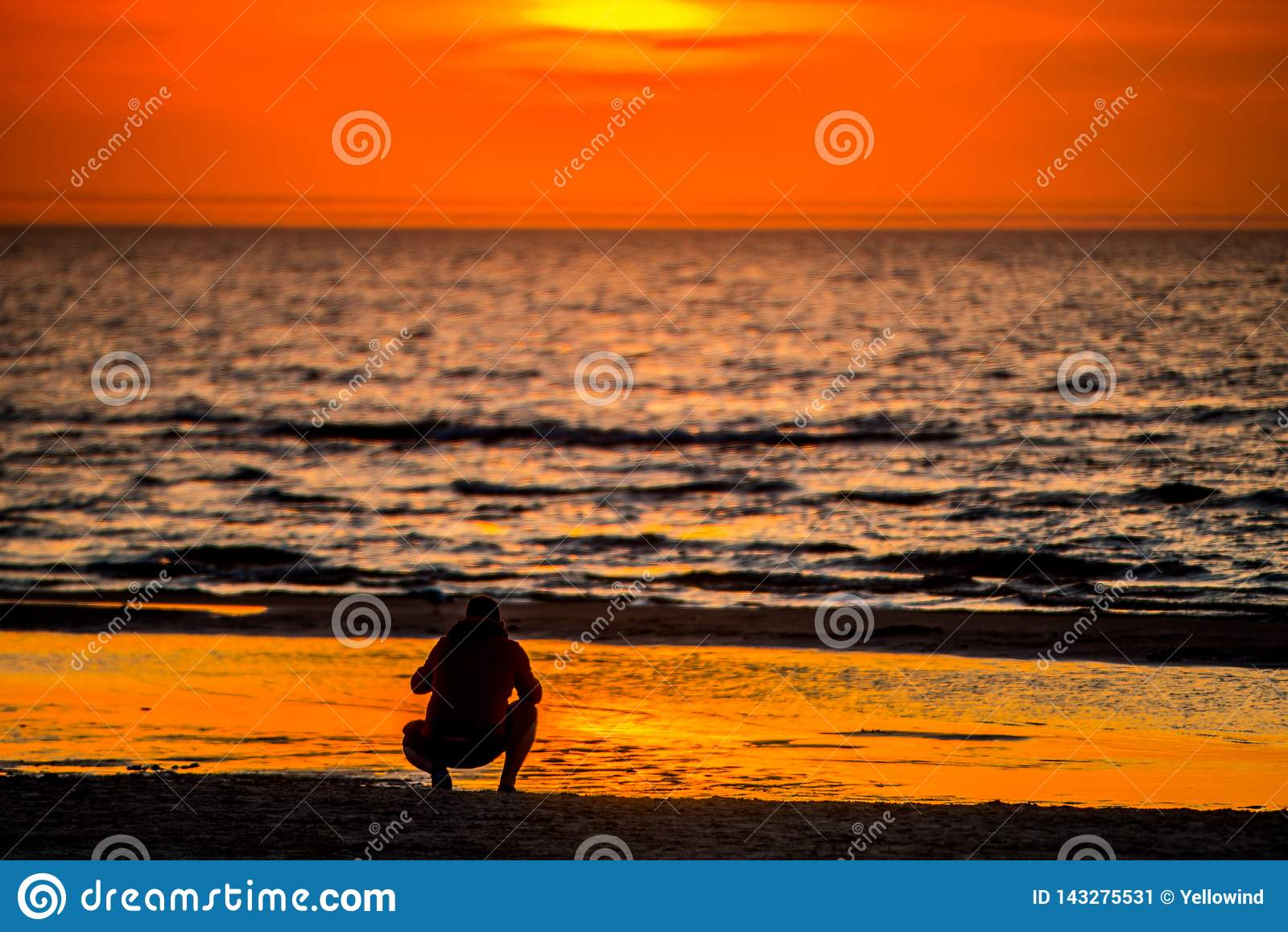 Coucher du soleil et eau de mer