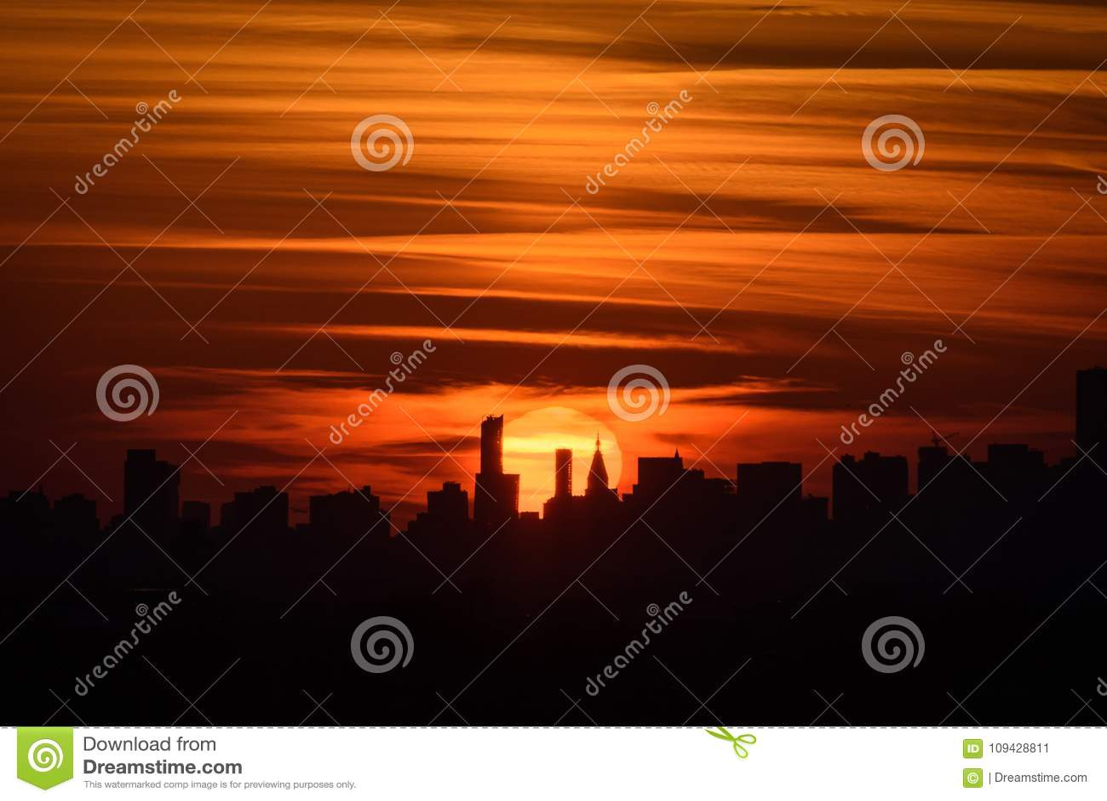 Coucher du soleil et la ville
