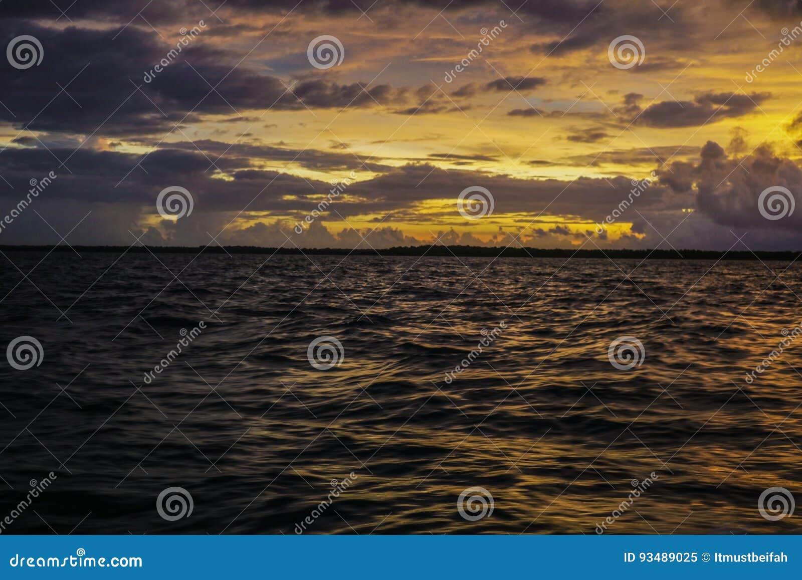 Coucher du soleil et mer