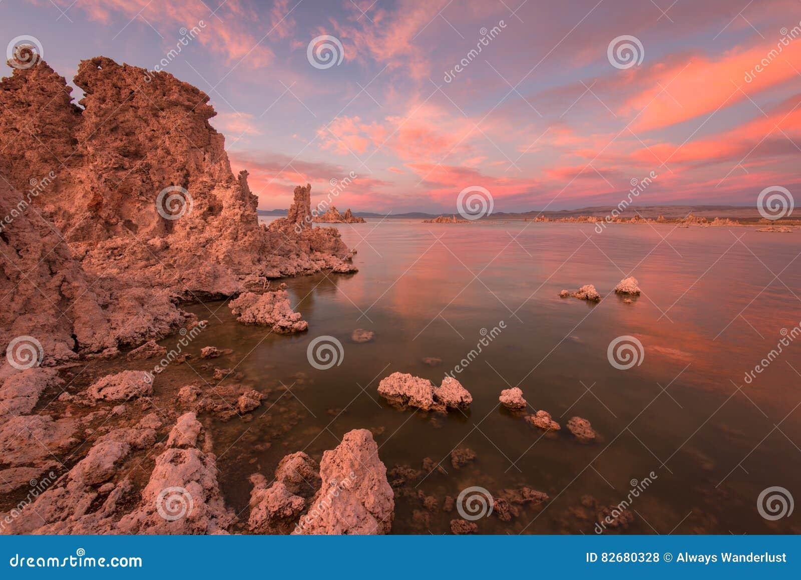 Coucher du soleil et tufs mono de lac