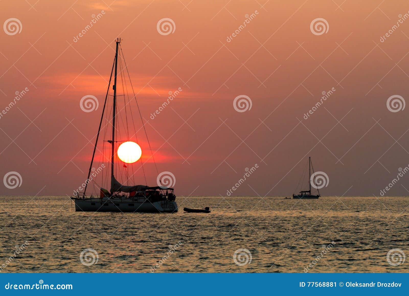 Coucher du soleil et voiliers