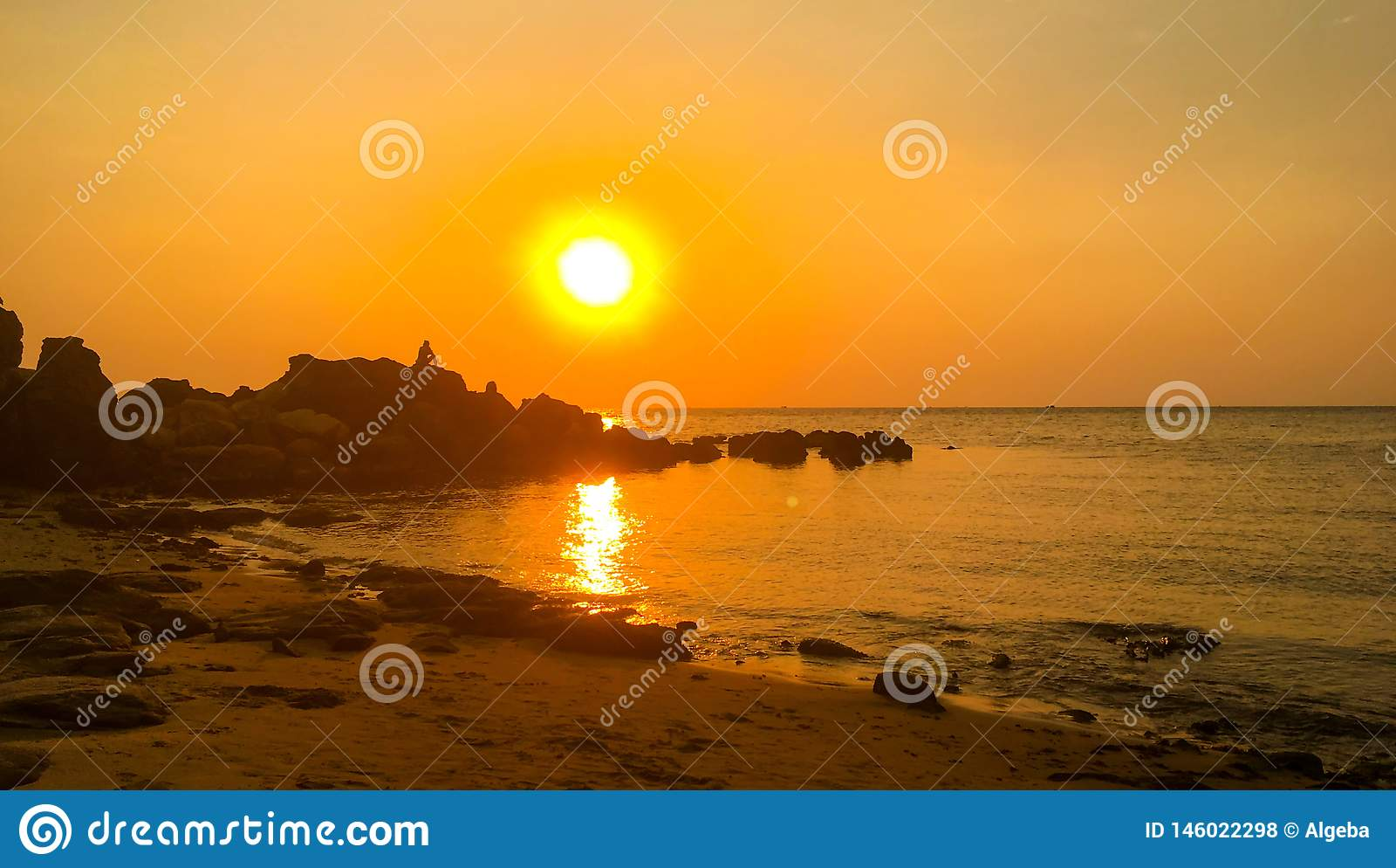 Coucher du soleil excessif au-dessus de mer