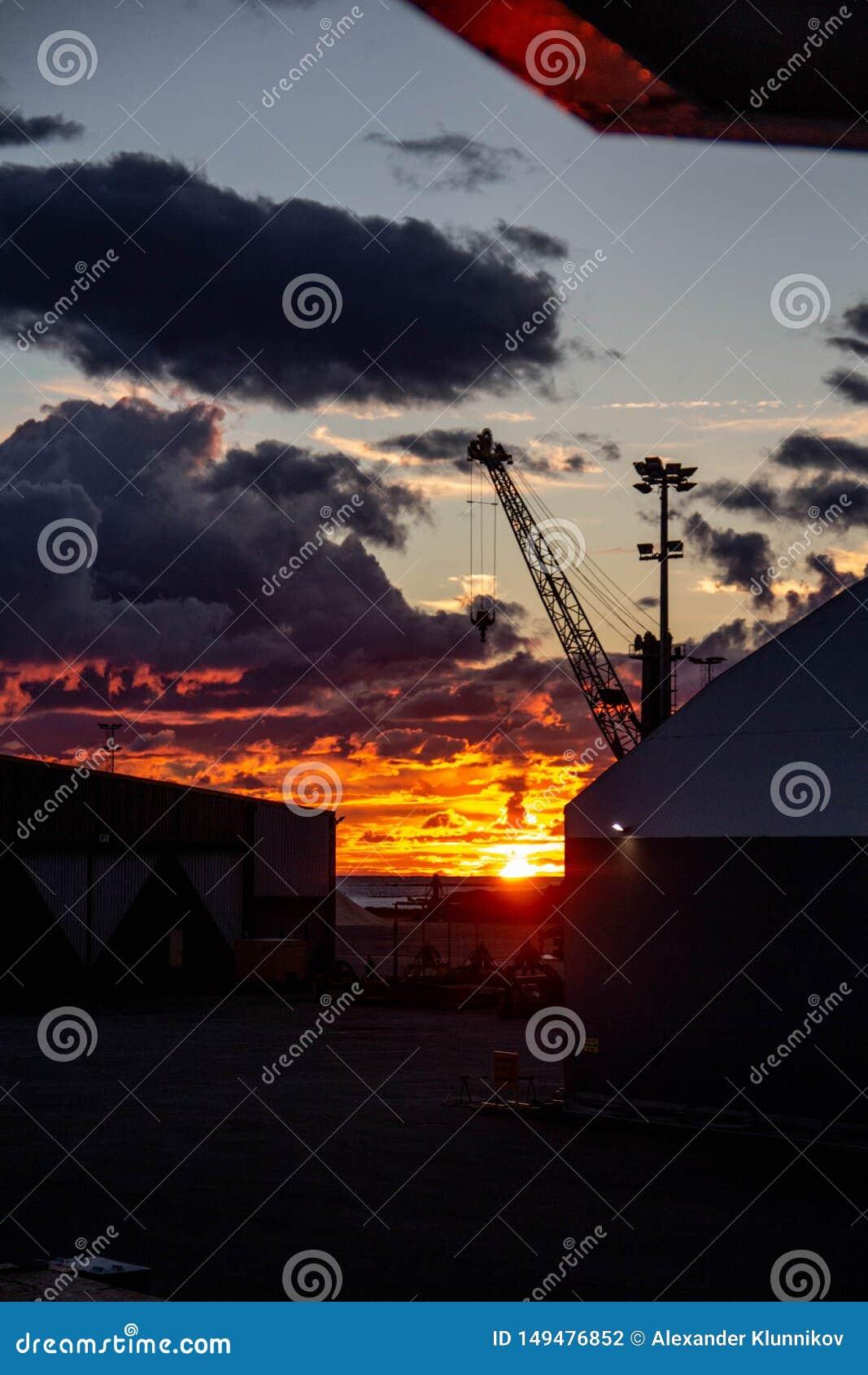 Coucher du soleil du feu en Finlande du nord R?gion de port