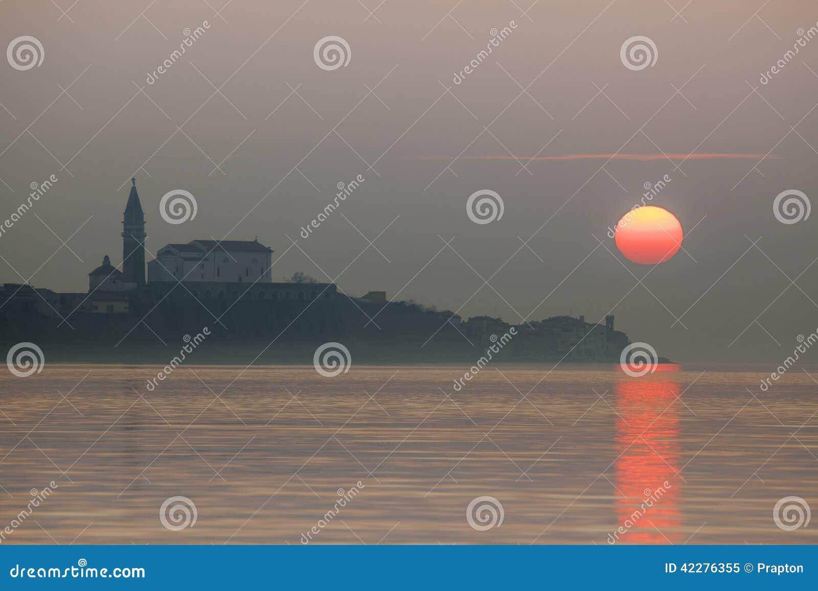 Coucher du soleil flou au-dessus de Piran, Slovénie