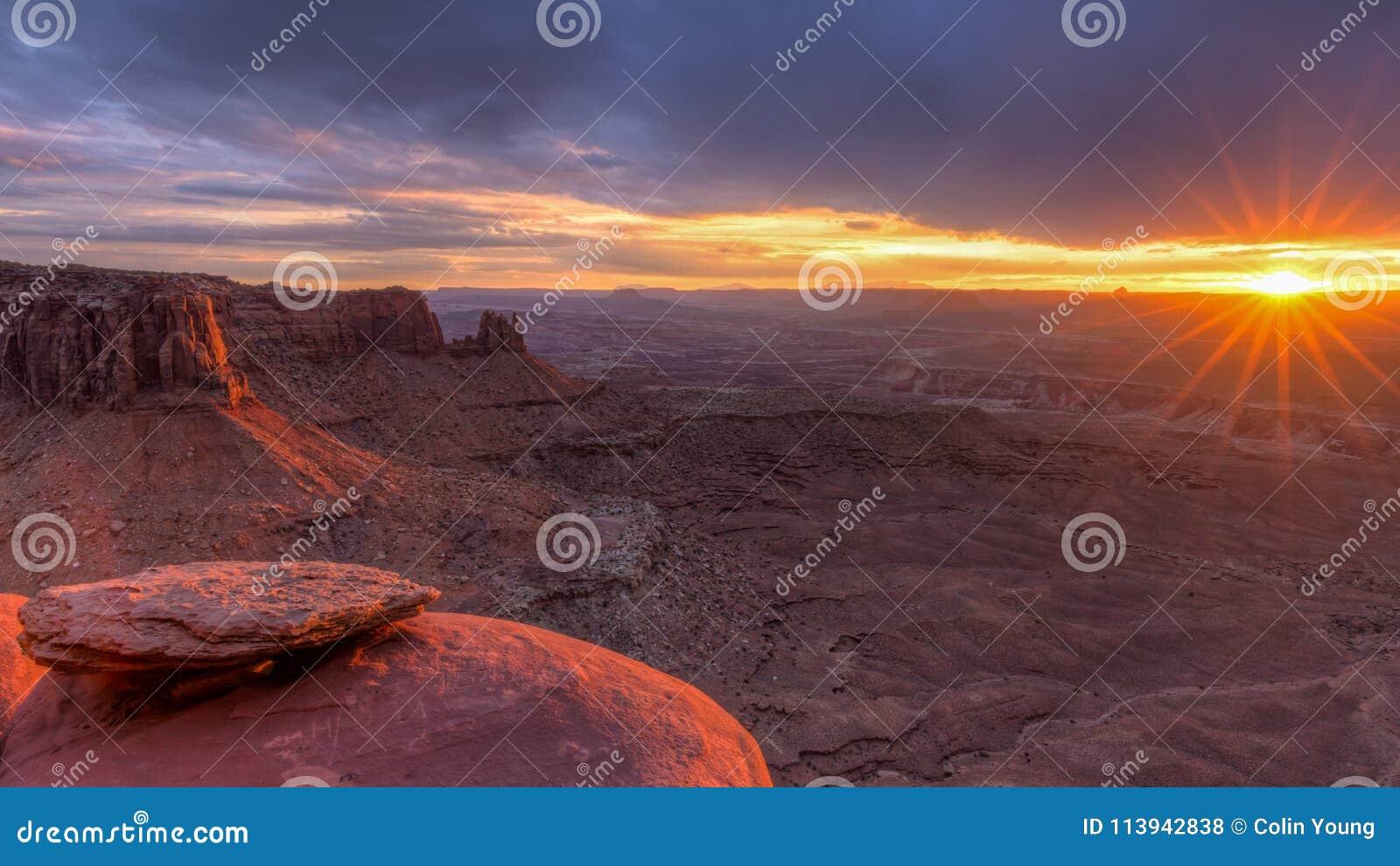 Coucher du soleil grand de point de vue de Canyonlands