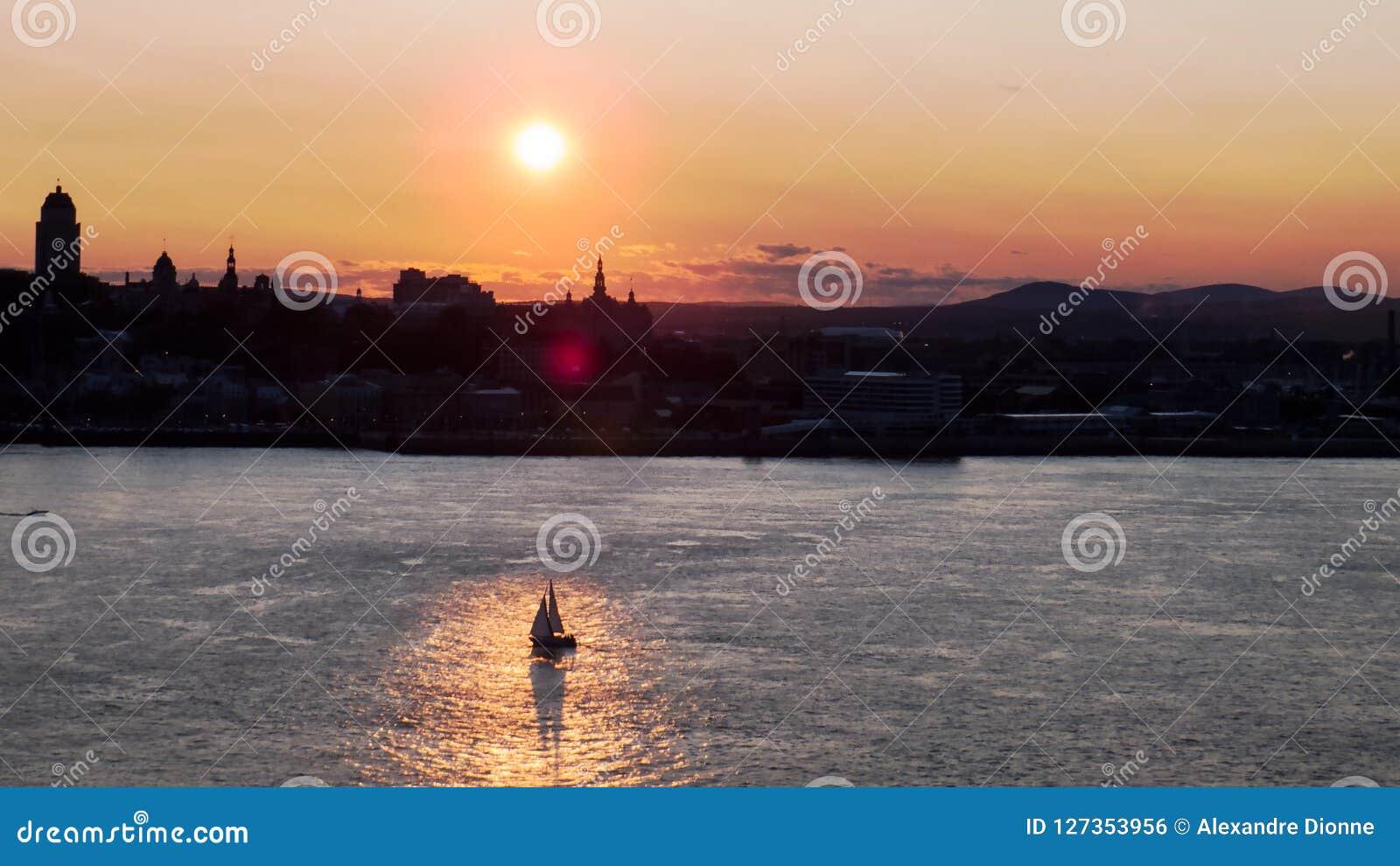 Coucher du soleil lumineux au-dessus de la silhouette de Québec