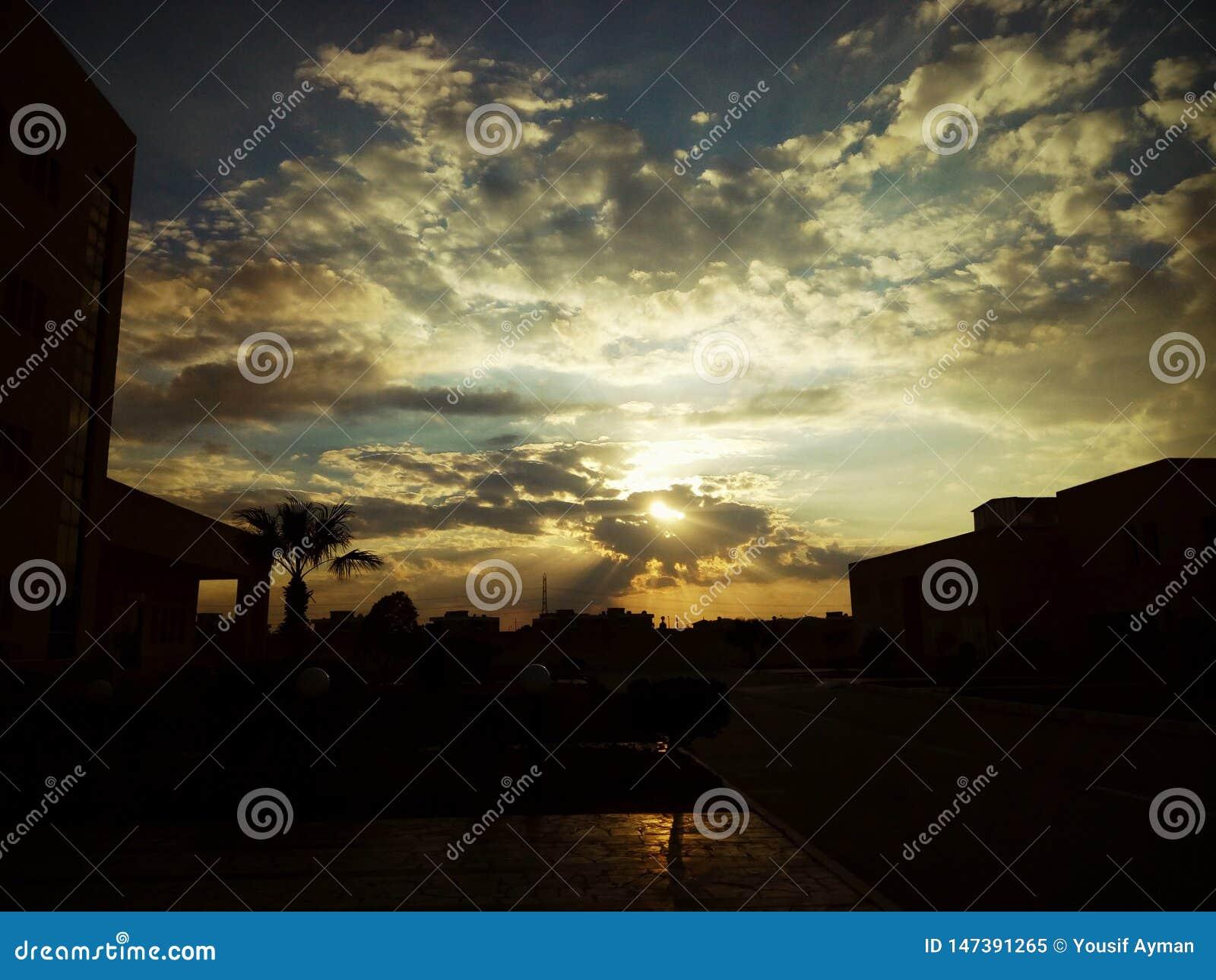 Coucher du soleil magique par les nuages