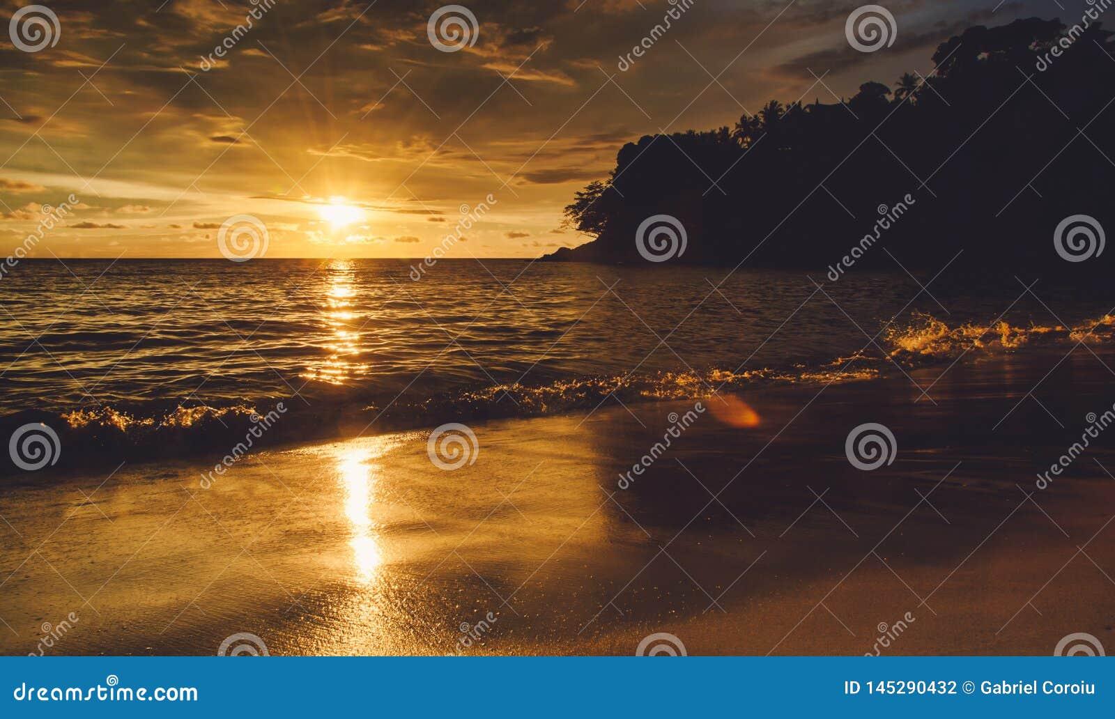 Coucher du soleil nettement sur une île