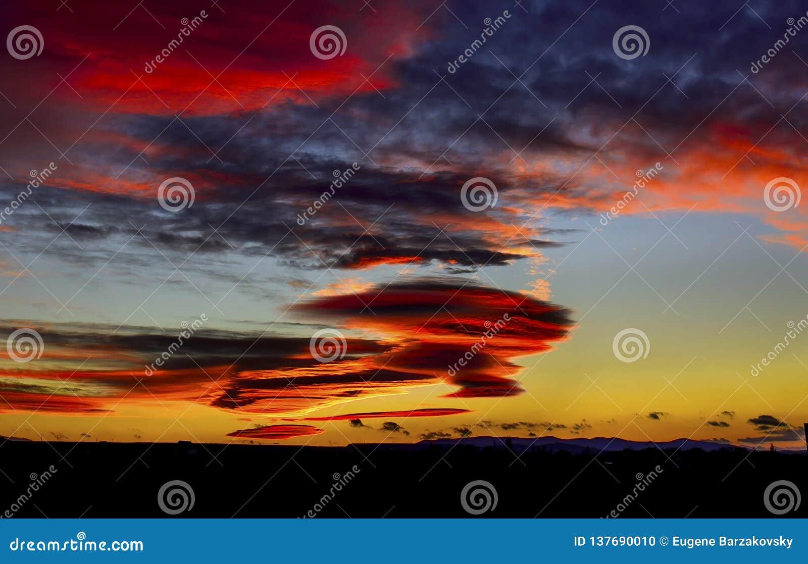 Coucher du soleil nuageux coloré