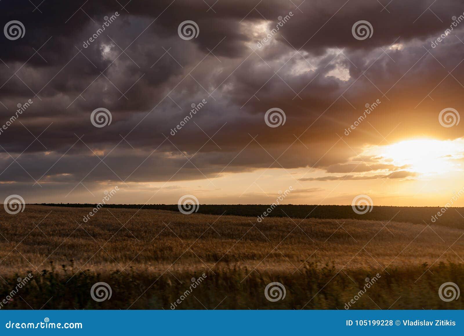 Coucher du soleil nuageux et venteux