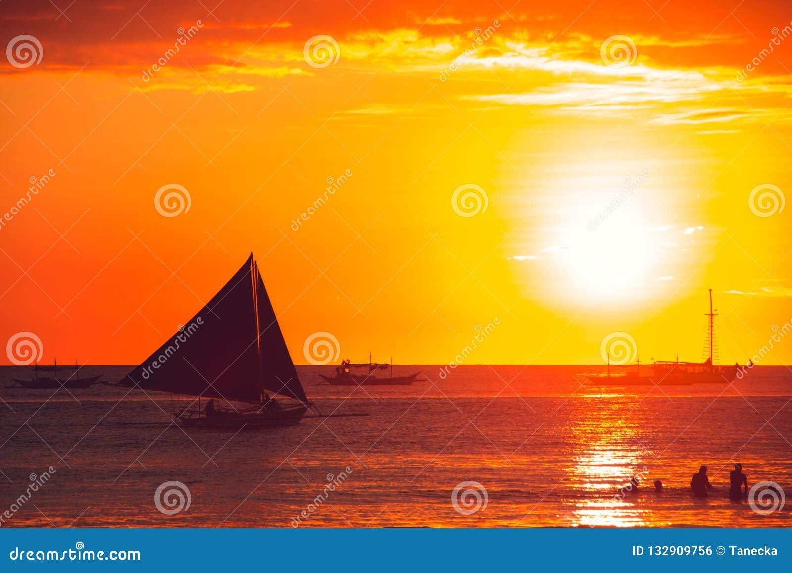Coucher du soleil orange dramatique de mer avec le voilier Jeunes adultes Voyage vers Philippines Vacances tropicales de luxe Île