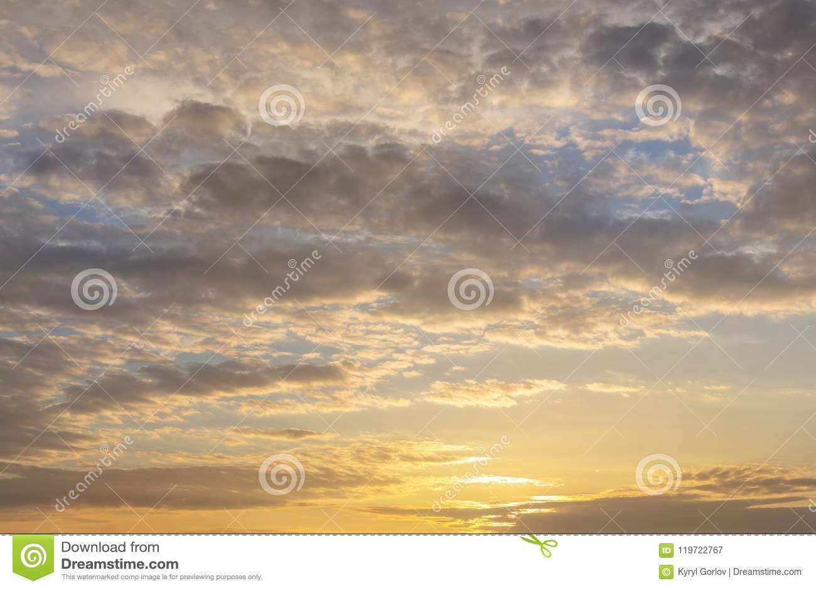 Coucher du soleil ou lever de soleil naturel avec des couleurs vibrantes Fond coloré dramatique de ciel Contraste doux