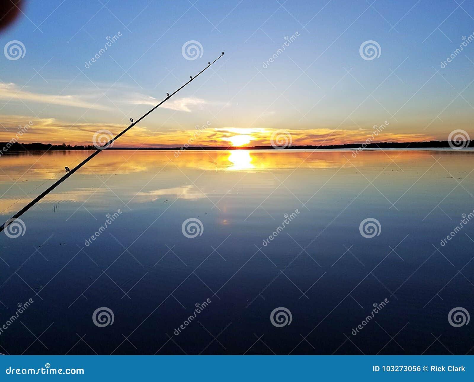 Coucher du soleil pêchant le lac de shawano du Wisconsin