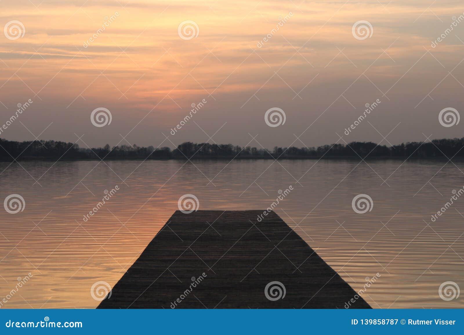 Coucher du soleil par le lac