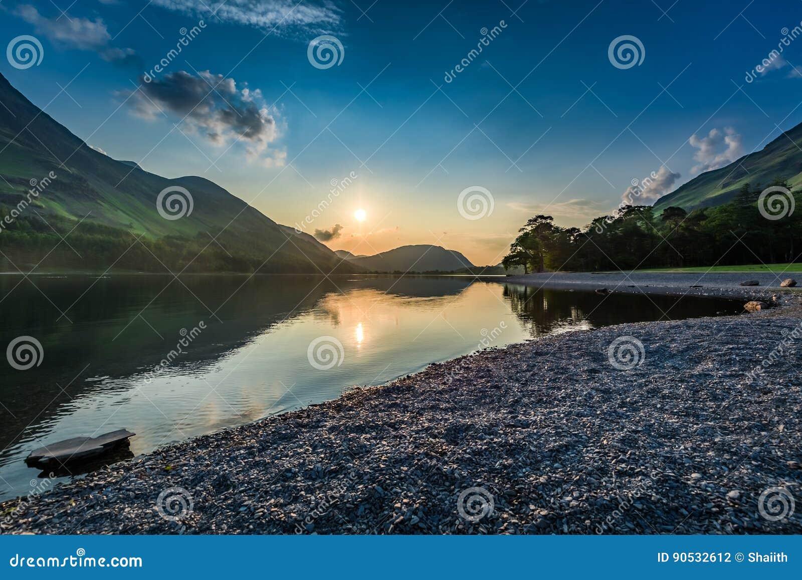 Coucher du soleil renversant au lac dans le lac district en été, Angleterre