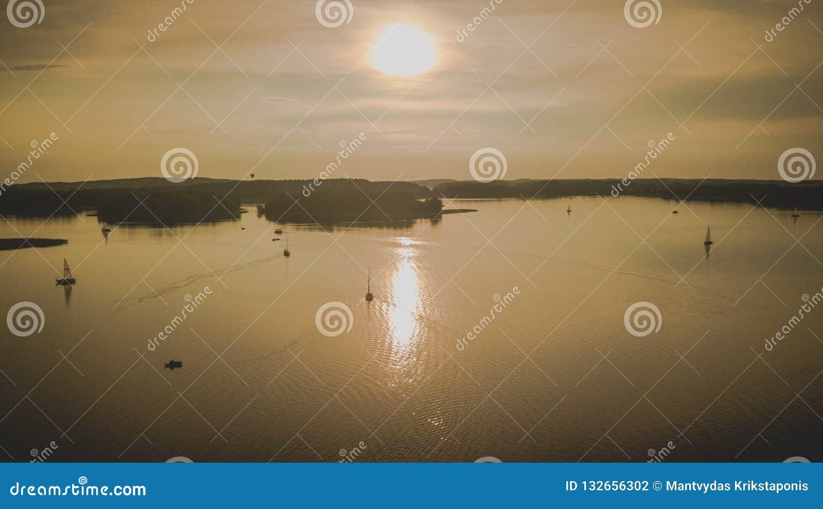 Coucher du soleil rocheux de lac