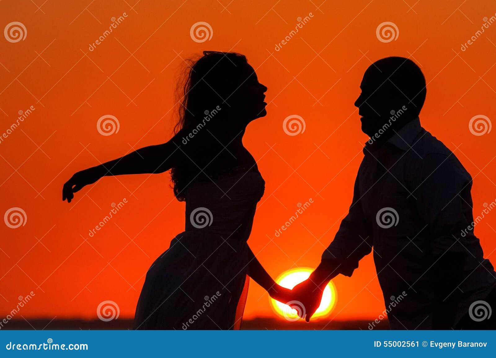 Coucher du soleil romantique et silhouettes des amants