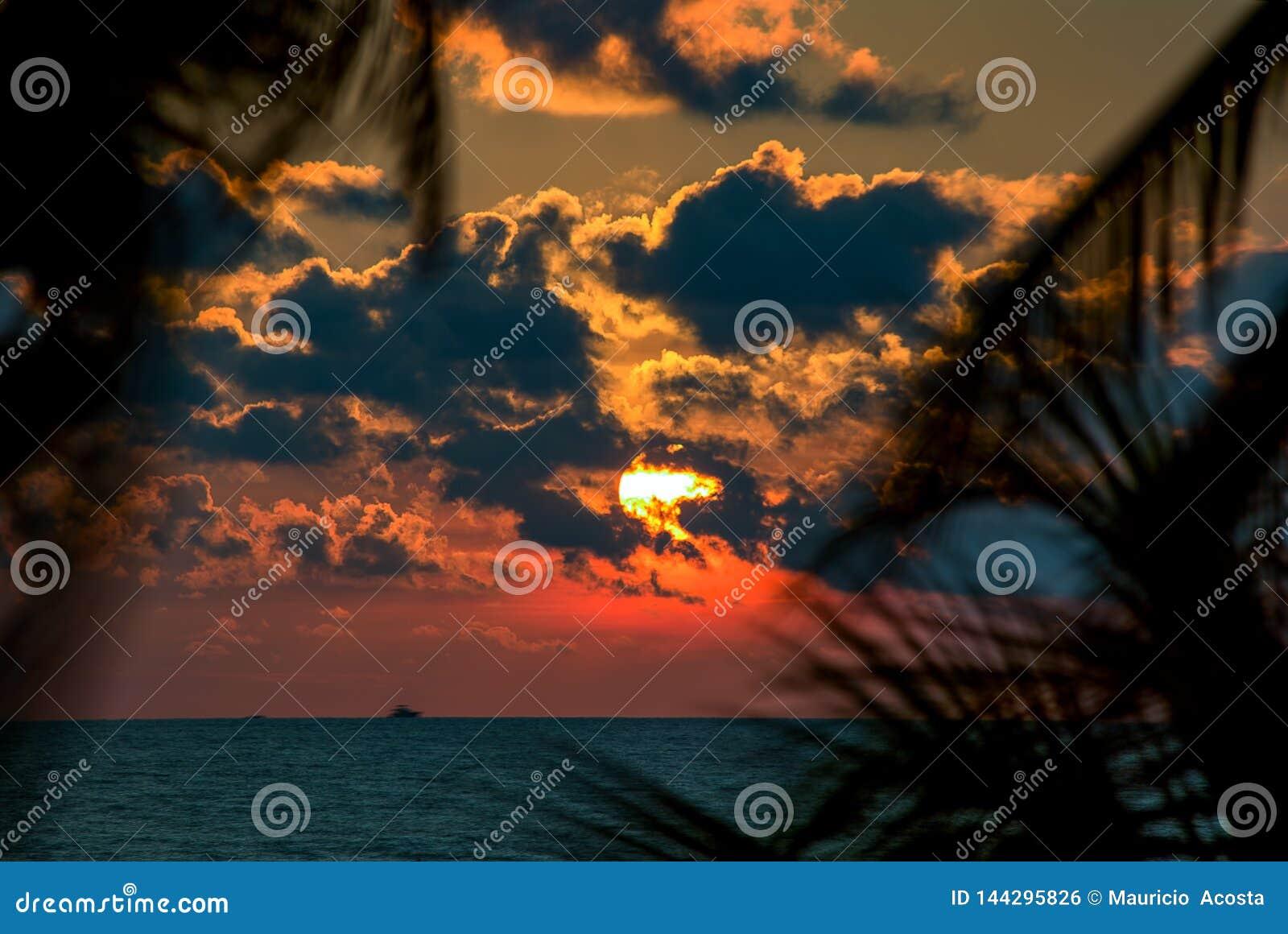 Coucher du soleil rouge à une plage près de Carthagène