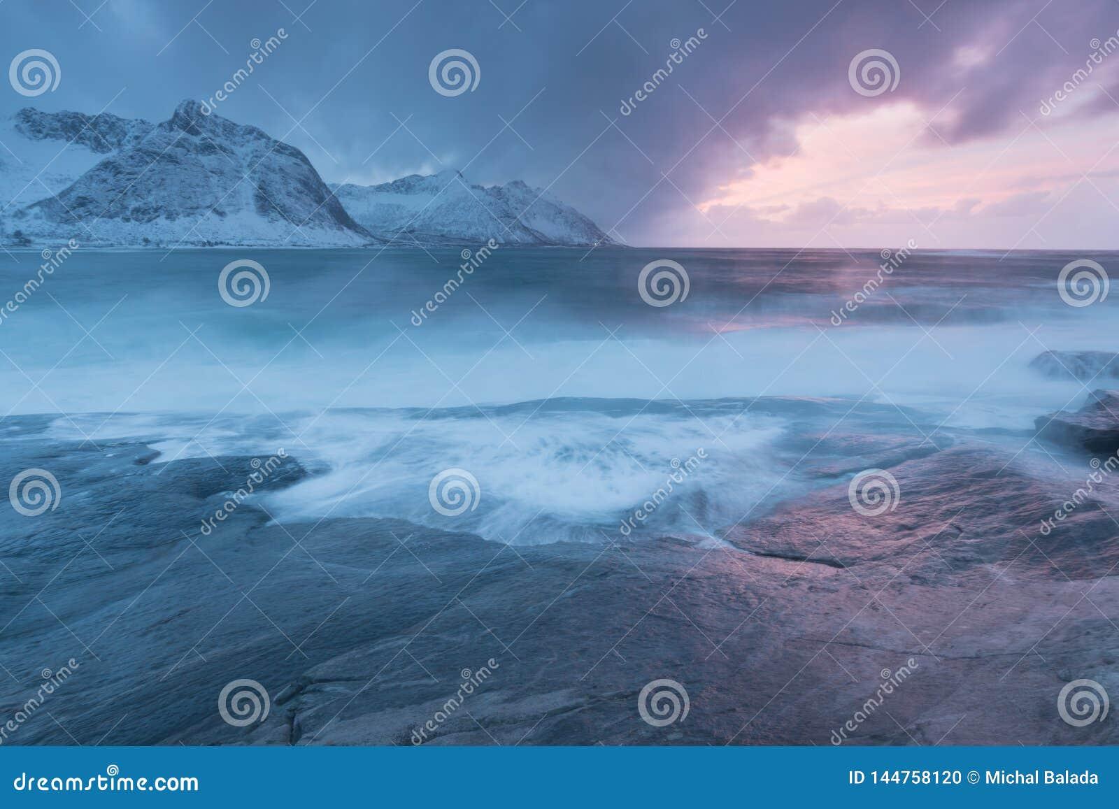 Coucher du soleil stupéfiant au-dessus de montagne et fjord, paysage d hiver, Norvège les ensembles du soleil les Alpes norvég