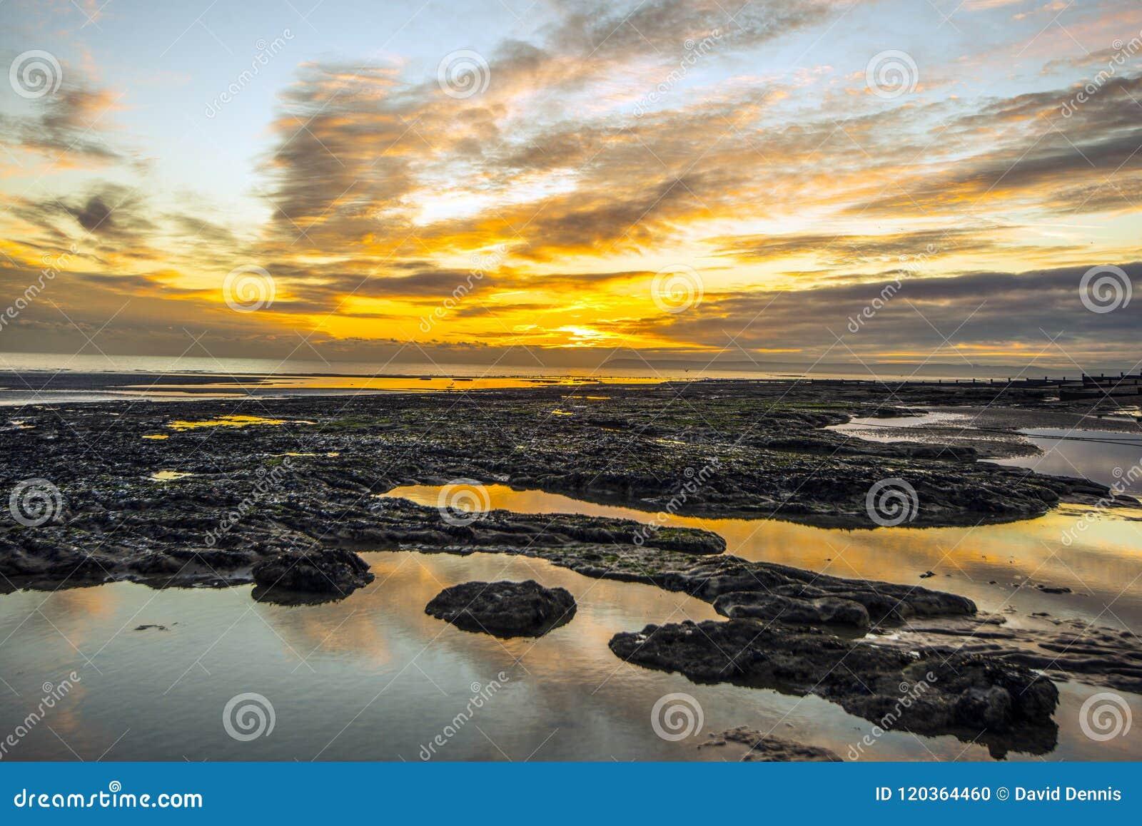 Coucher du soleil sur la plage de Bexhill dans le Sussex est, Angleterre