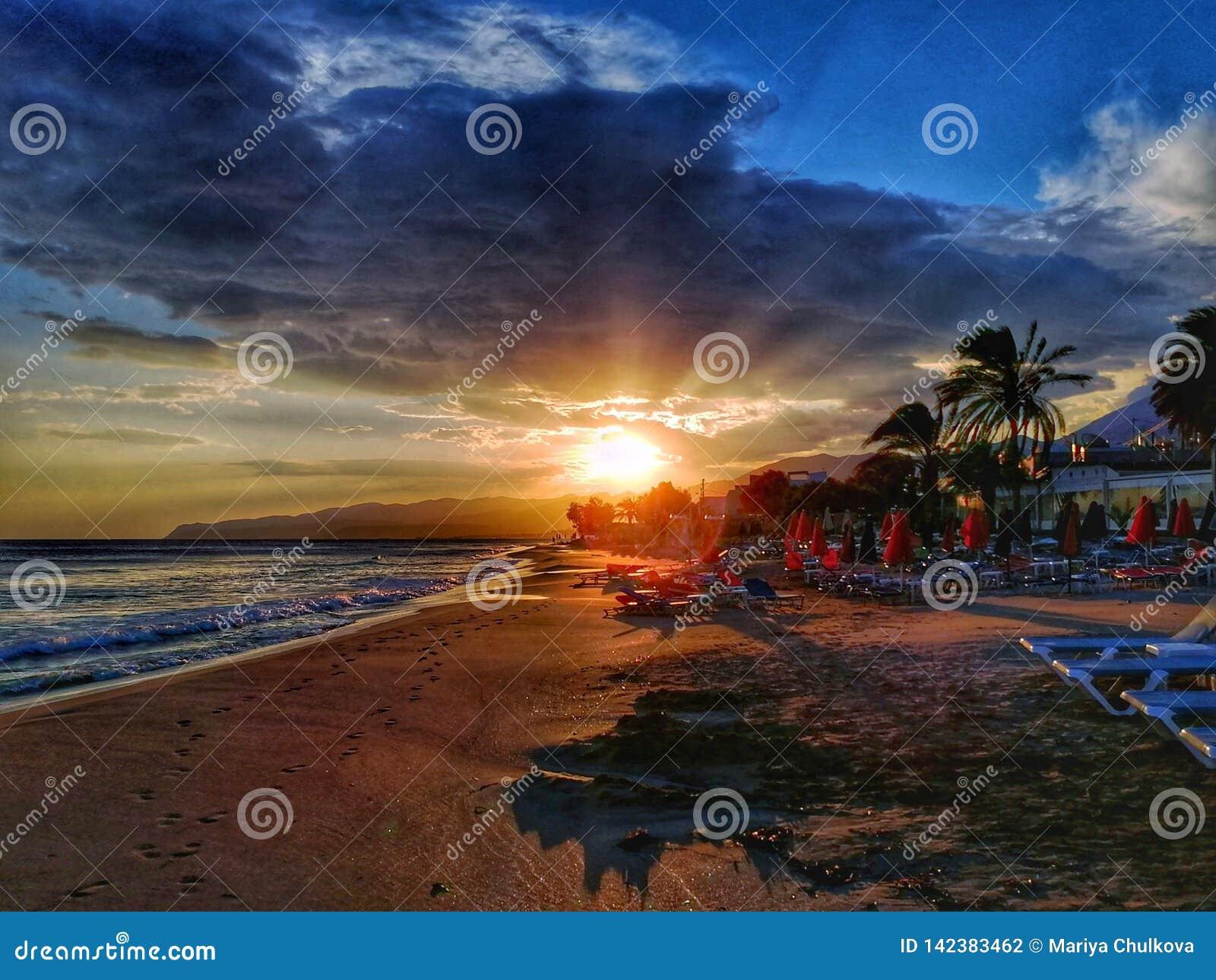 Coucher du soleil sur la plage de Crète
