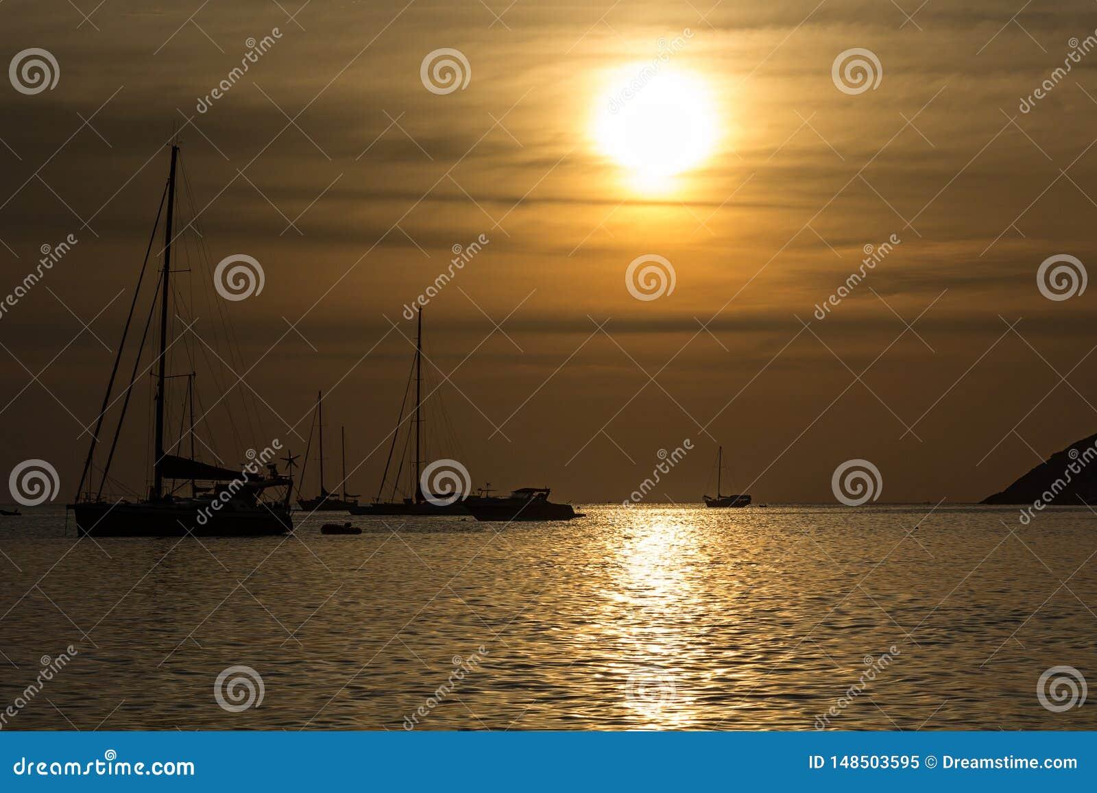 Coucher du soleil sur la plage de Nai Harn en ?le de Phuket