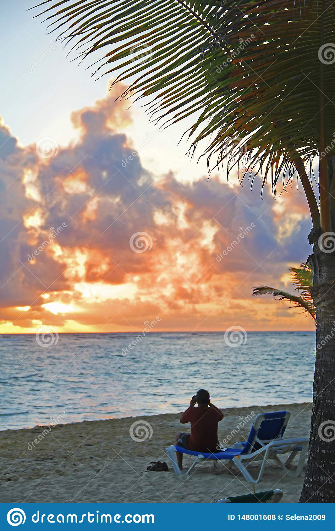 Coucher du soleil sur la plage sablonneuse