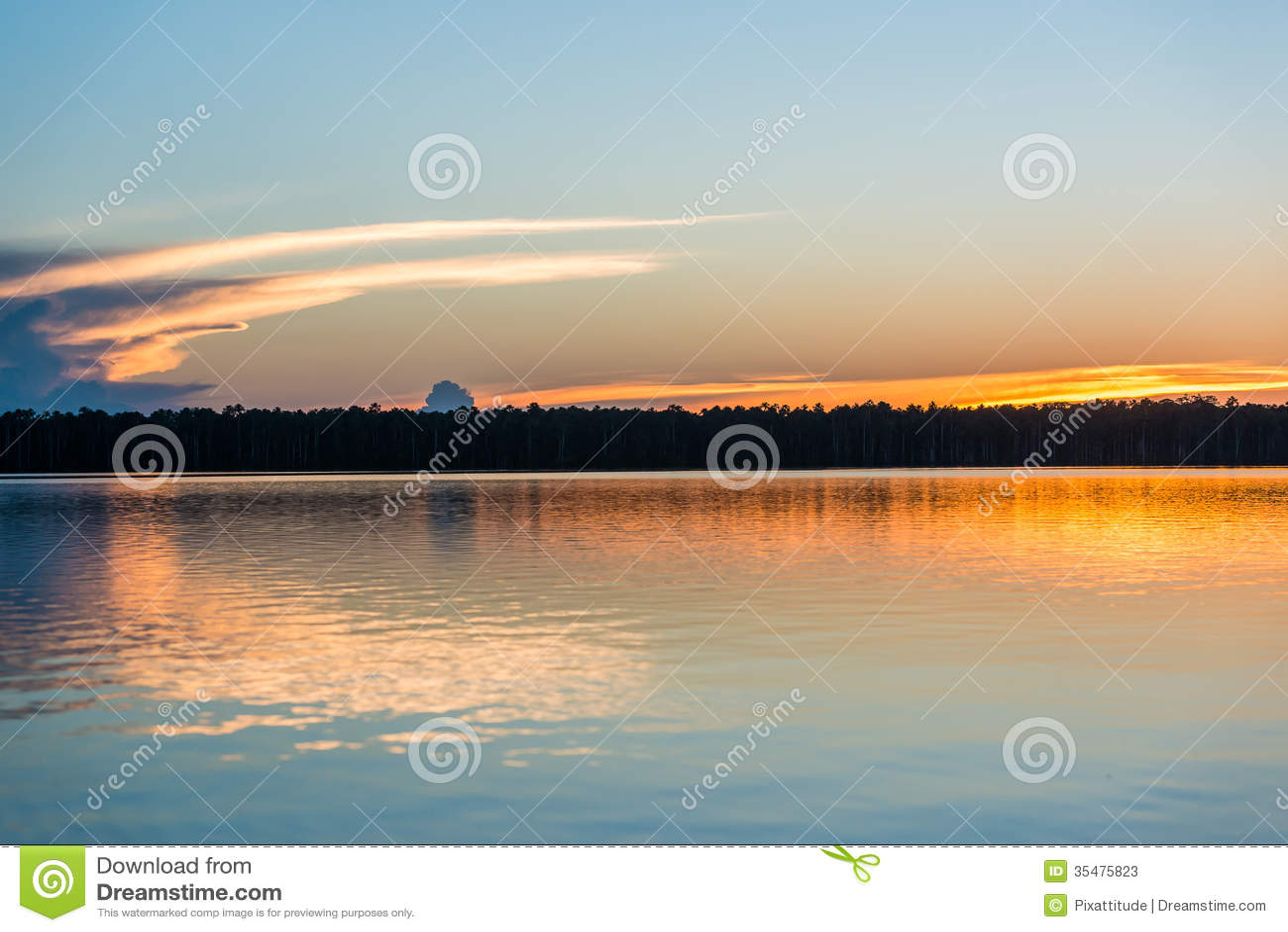 Coucher du soleil sur la rivière dans la jungle péruvienne d Amazone