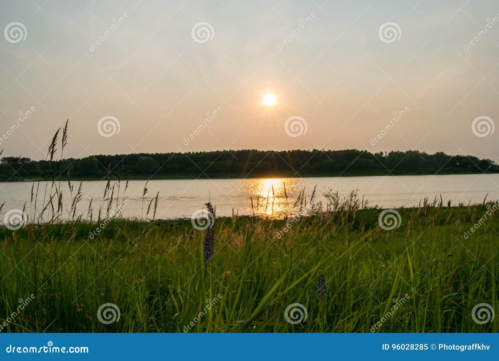 Coucher du soleil sur le lac pendant l été