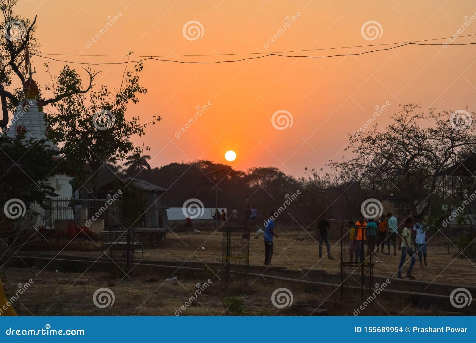 Coucher du soleil sur le parc gardan de petite colline