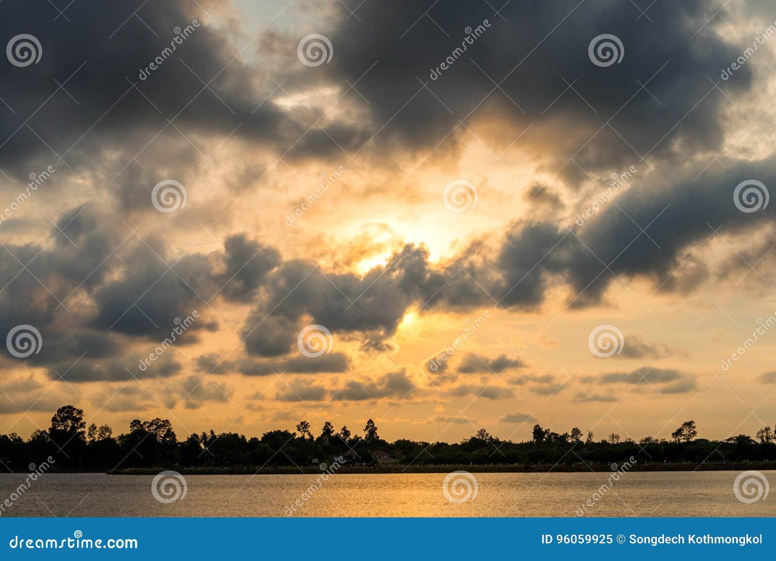 Coucher du soleil sur le paysage de lac