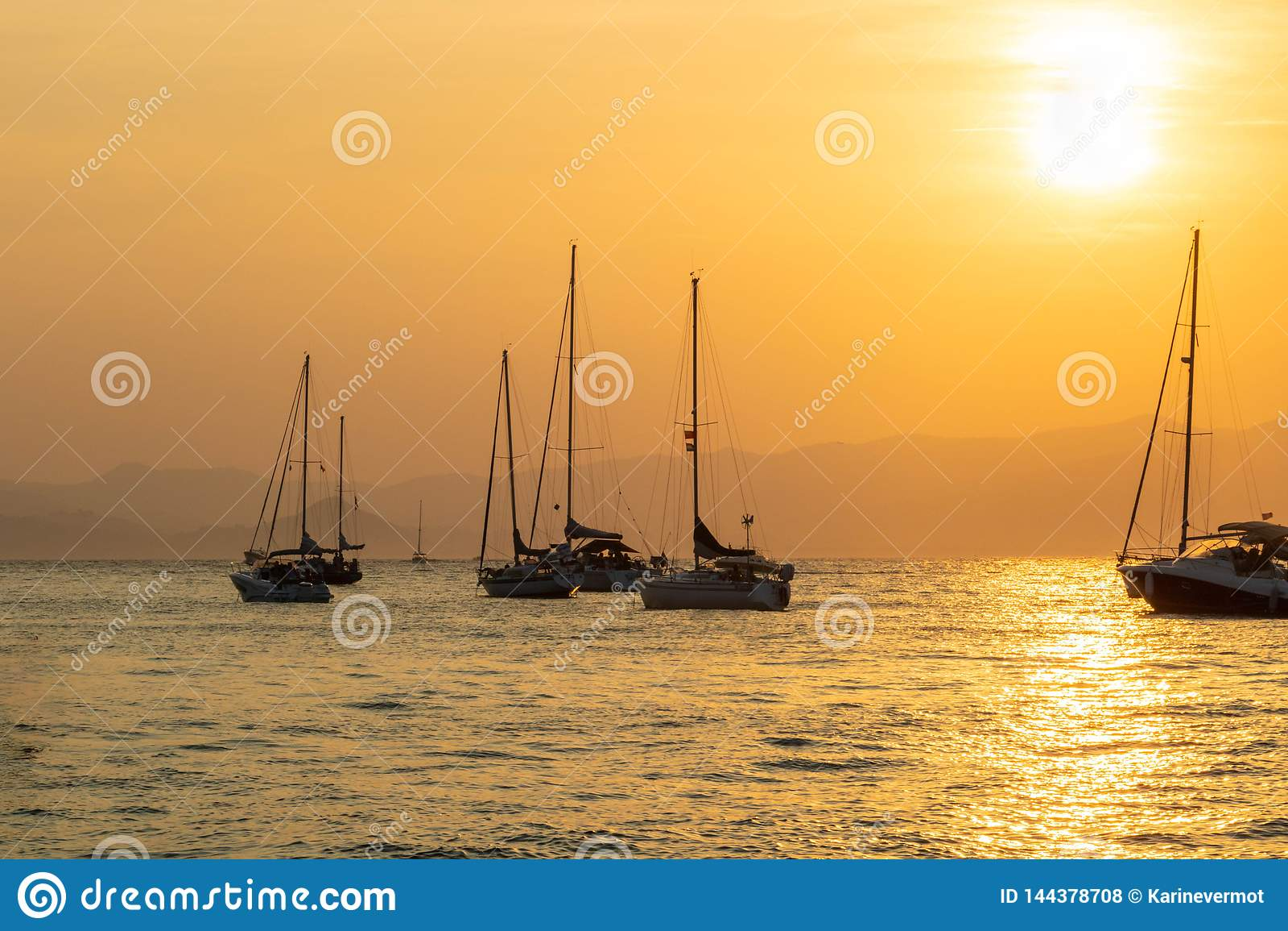 Coucher du soleil sur les bateaux à voile dans des îles de Lérins, Cannes la Côte d Azur France