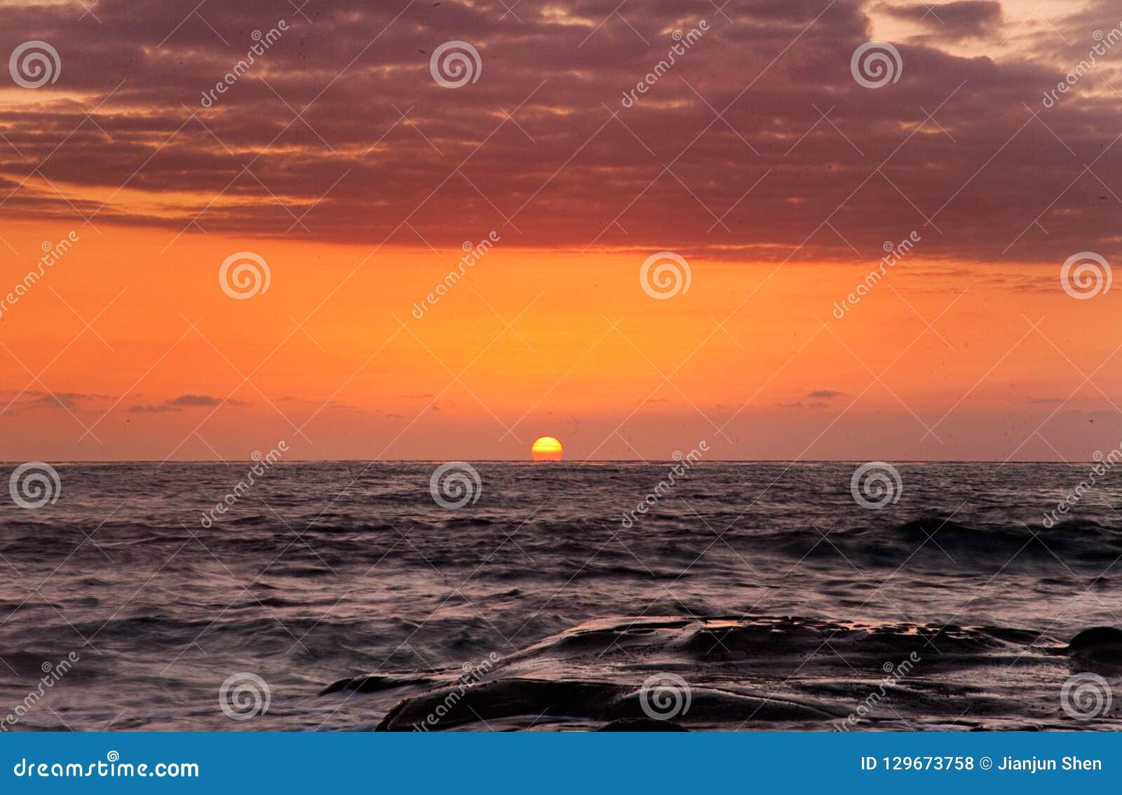 Coucher du soleil sur une plage à la côte ouest la Californie du nord