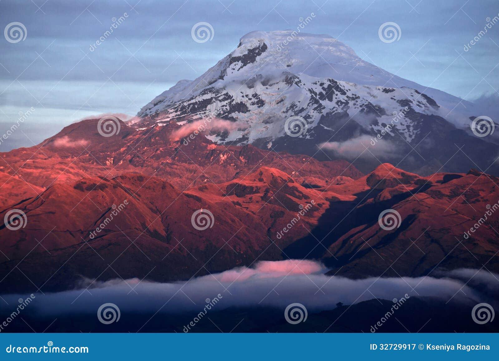 Coucher du soleil sur Volcano Cayambe puissante en Equateur