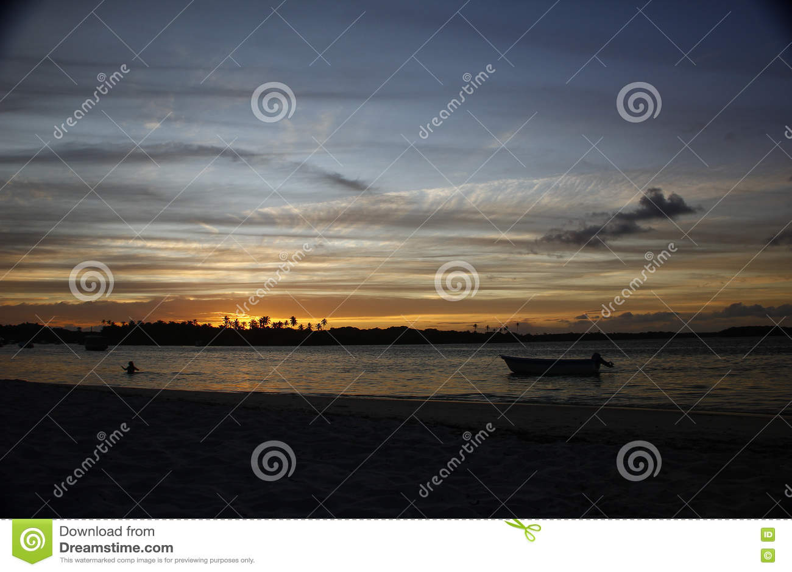 Coucher du soleil tropical en mer