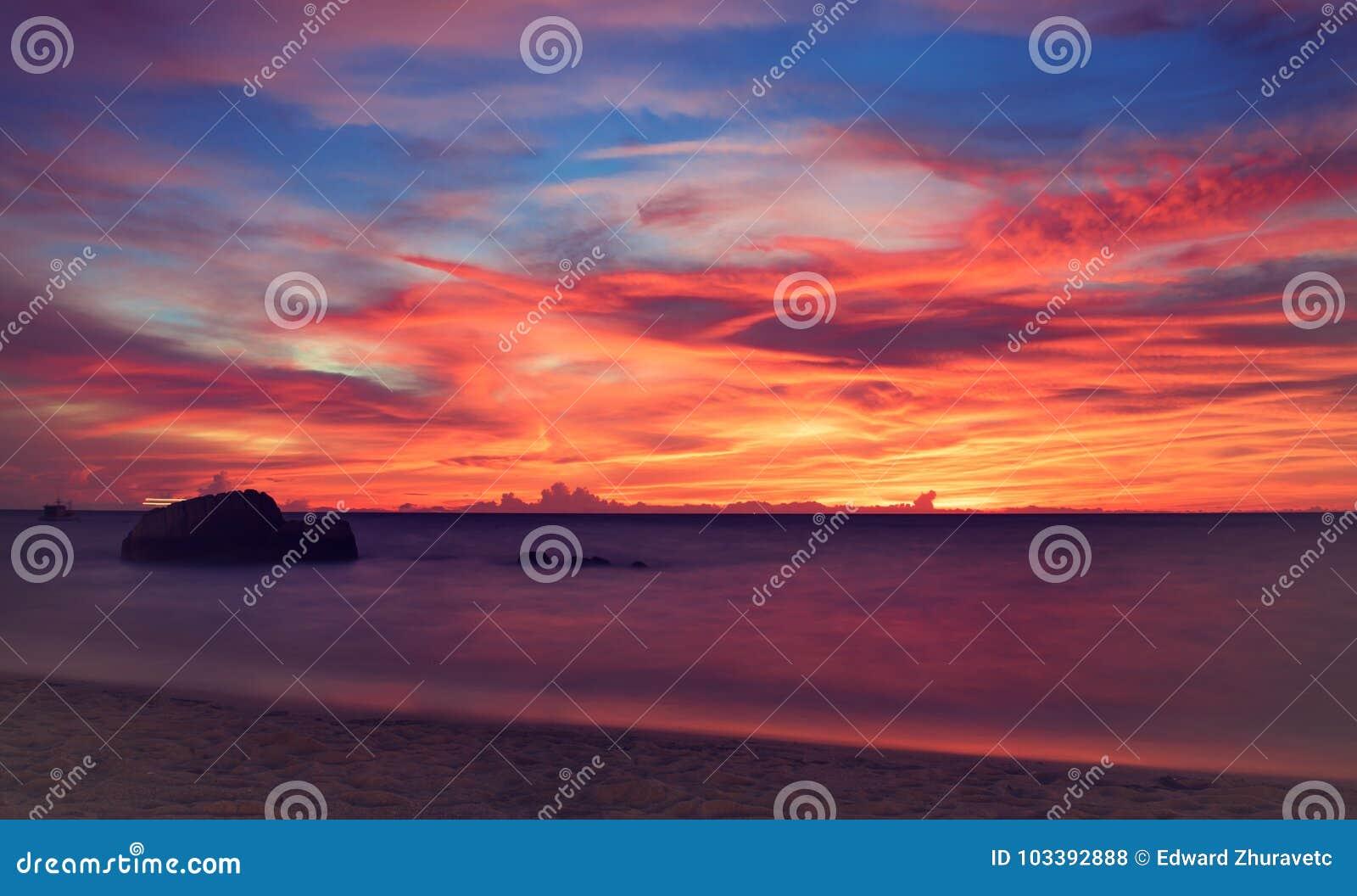 Coucher du soleil tropical L atmosphère idyllique du crépuscule