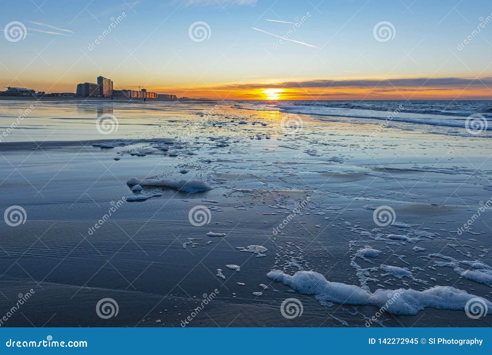 Coucher du soleil ville le long de Mer du Nord, Ostende, Belgique