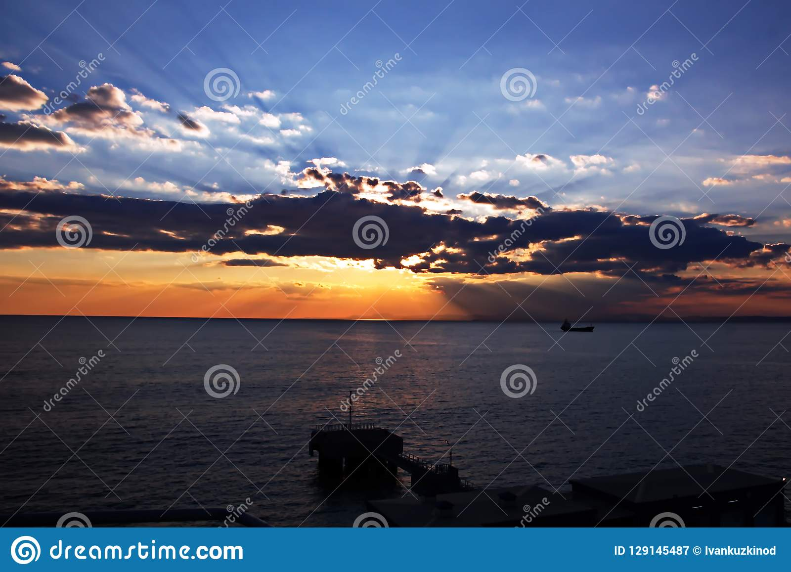 Coucher du soleil Vues colorées de la côte, des villes et des ports de la Turquie avec les navires amarrés de mer au coucher du s