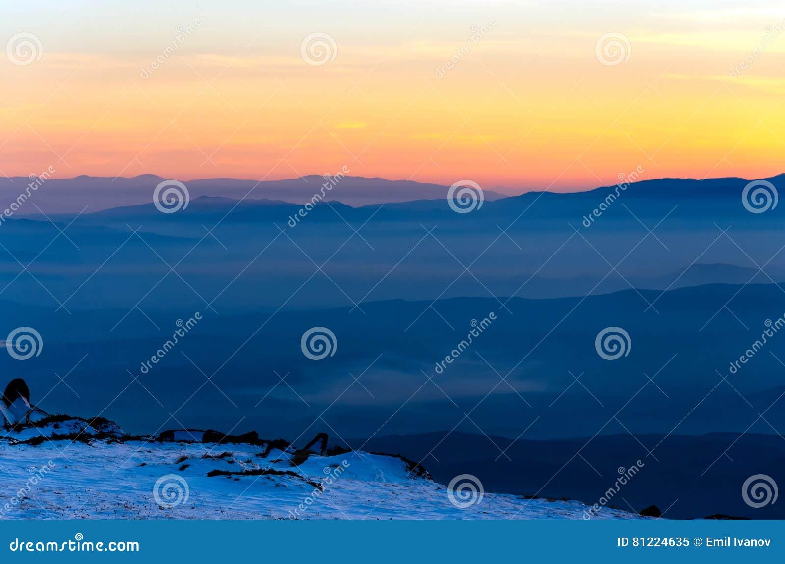 Couches De Montagne Et Coucher Du Soleil Coloré En Montagne